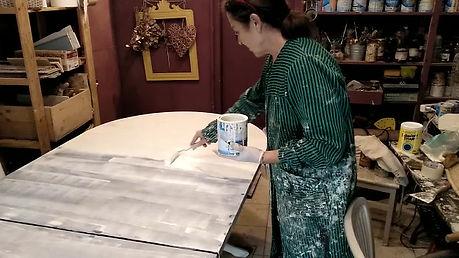 pintando mueble de madera en blanco