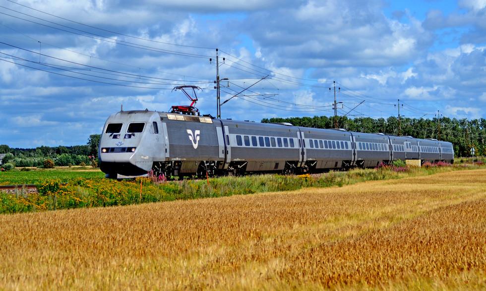 Ett SJ X2000 passerar mellan Hamra och Varberg. Foto: Anton Andersson.