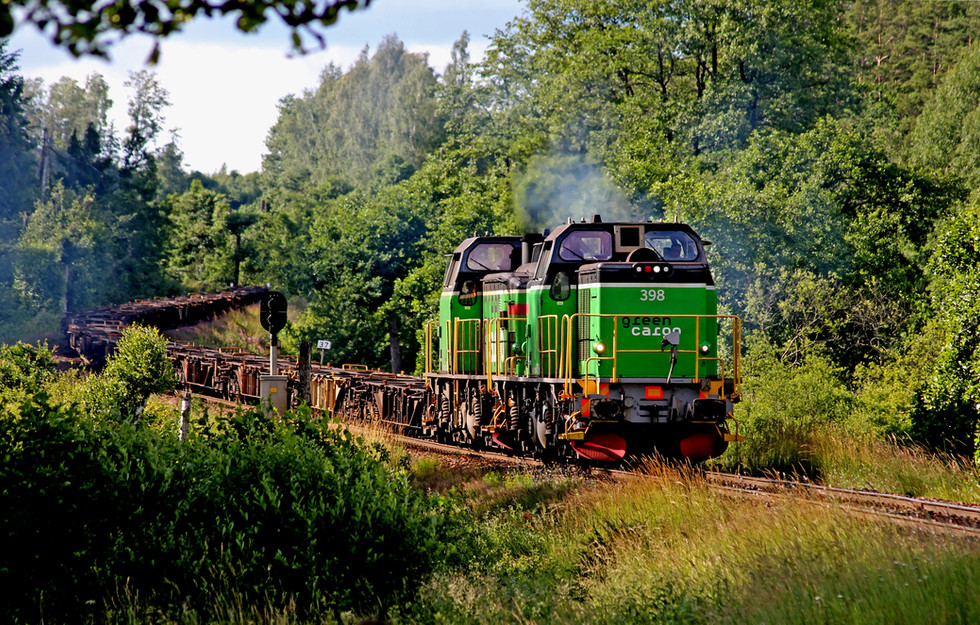 Volvotågmed dubbla Td-lok i spetsenvid Olofström. Foto: Felix Hubertsson.