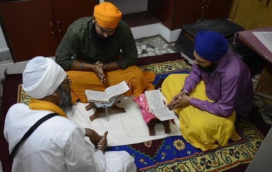 Giani Ji teaching Bai Varan/Bhagat Bani Santhia