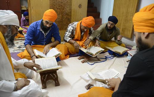 Giani Ji teaching Sri Dasam Granth Sahib Santhia