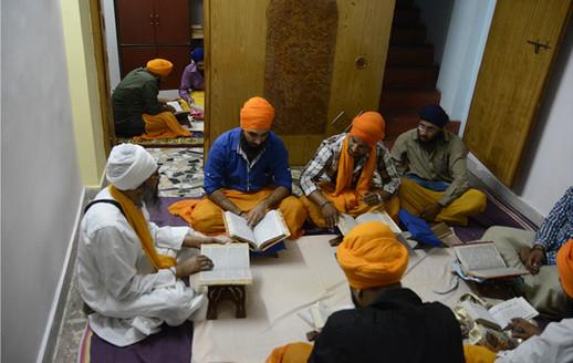 Giani Amarjeet Singh Ji teaching Sri Dasam Granth Sahib Santhia