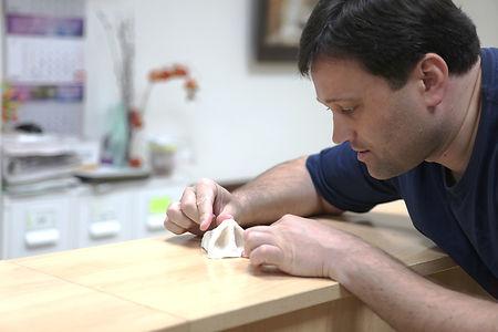 3-D моделирование носа, на консультации по ринопластике пластический хирург Константин Владимирович Клименко из пластического материала делает увеличенную копию носа пациента