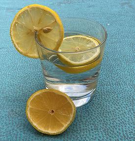 Wasserglas mit Zitrone.jpg