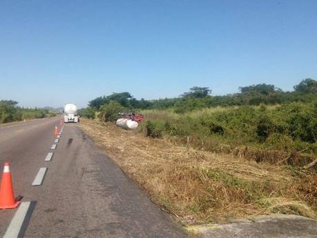 Vuelca otra pipa en Nayarit, la unidad iba cargada con amoniaco; autoridades activaron protocolos