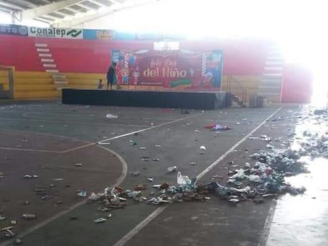Queda gimnasio municipal 'inundado' de basura luego de celebración del 'Día del Niño'