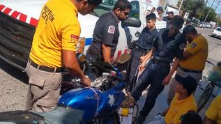 Choque entre motocicleta y automovil deja un menor de edad lesionado