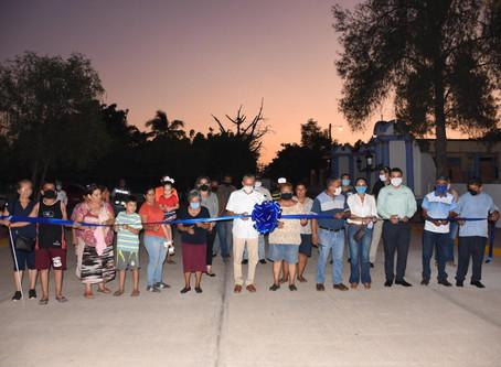 Inauguran pavimentación de dos calles y rehabilitación de la fachada del panteón en Rosario