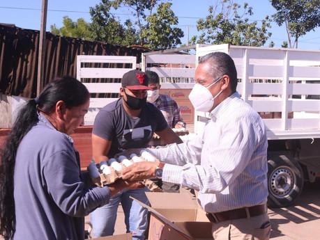 Lleva el alcalde, Manuel Pineda, apoyo alimenticio a 240 familias de Rosario
