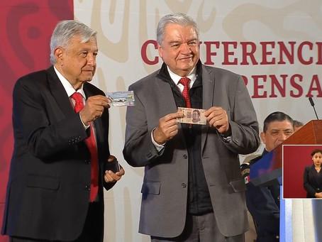 Compra AMLO el primer 'cachito' de la Lotería Nacional para la rifa del Avión Presidencial
