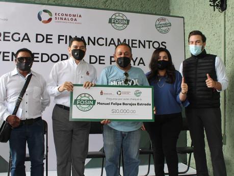 Entregan financiamientos a comerciantes vendedores de playa de Mazatlán