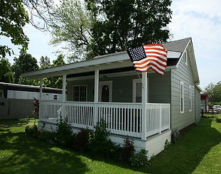 A refreshed 1950's cottage right off the strip in Geneva-on-the-Lake. 2 bedrooms sleeps 7, 2 doubles , a set of bunk beds and a big couch. Full kitchen, fridge, stove, microwave ect., Linens, towels, dishes supplied. Canine and feline friendly , Kids too.