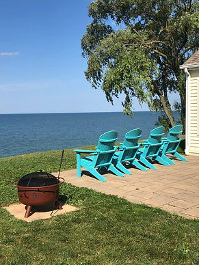 Enjoy Gorgeous Sunsets and Panoramic Views while sipping on your favorite wine. Beautiful 3 bedroom, 1-1/2 bath Cape Cod home situated on the shoreline of Lake Erie.  5 minutes from the center of Geneva on the Lake Strip. 10 minutes from Historic Ashtabula Harbor and Bridge Street. 15 minutes to the Grand River Valley Wineries. https://abnb.me/pHItrKpe9cb