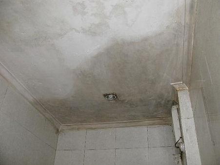 ซึมรั่วห้องน้ำชั้นบน.jpg