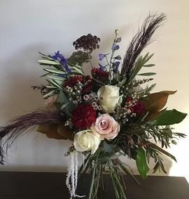 Modern bridalbouquet in warm burgundy co