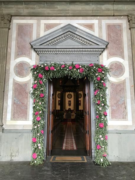 Arco de iglesia con hortensias rosas