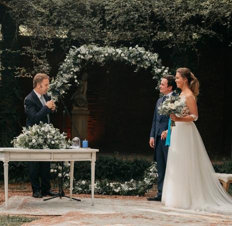 Hexágono de ceremonia con flores blancas y toque azul