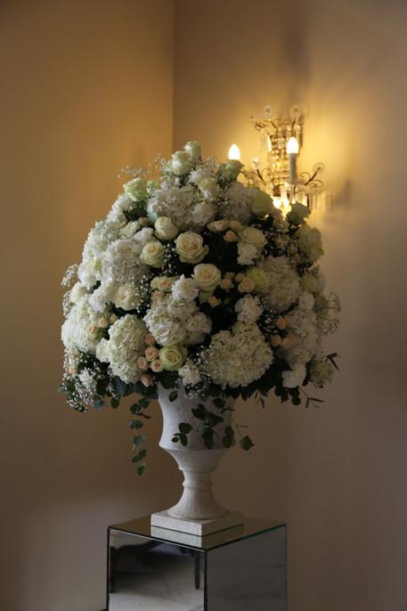 Compa romántica con hortensias y rosas blancas