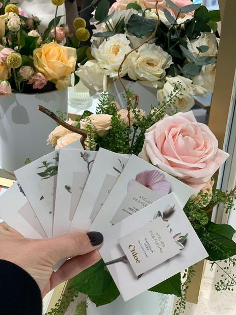 Arreglos florales con los ingredientes de los perfumes de la marca