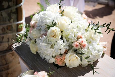 centro de ceremonia romántico con hortensias y rosas