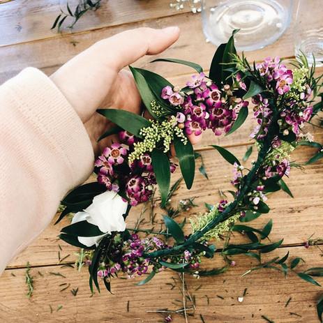 Taller de coronas con flores frescas