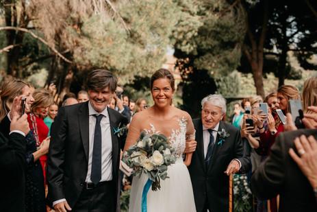 Ramo de novia en tonos blancos con cinta colgante en color azul y con prendidos a conjunto