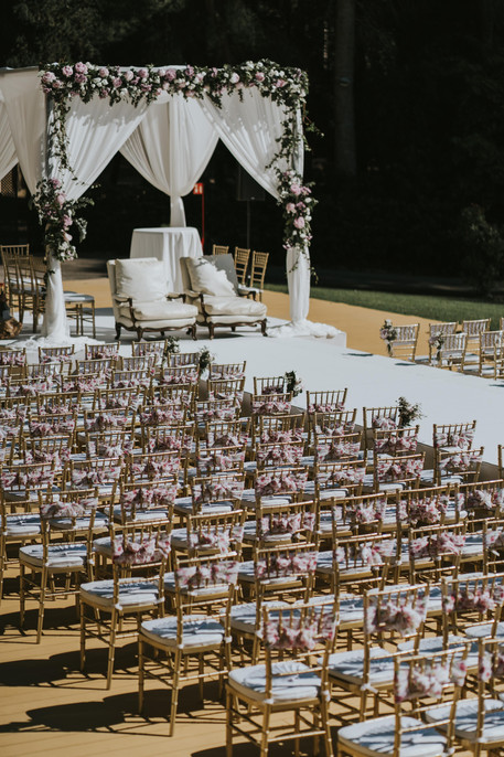 Huppah de 3x3m con Peonias rosas y elegantes telas blancas