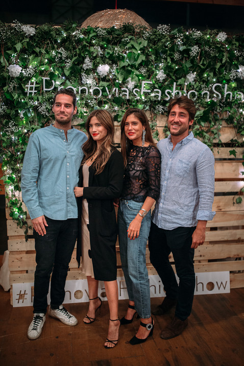 Photocall corporativo con flores blancas y lueces led