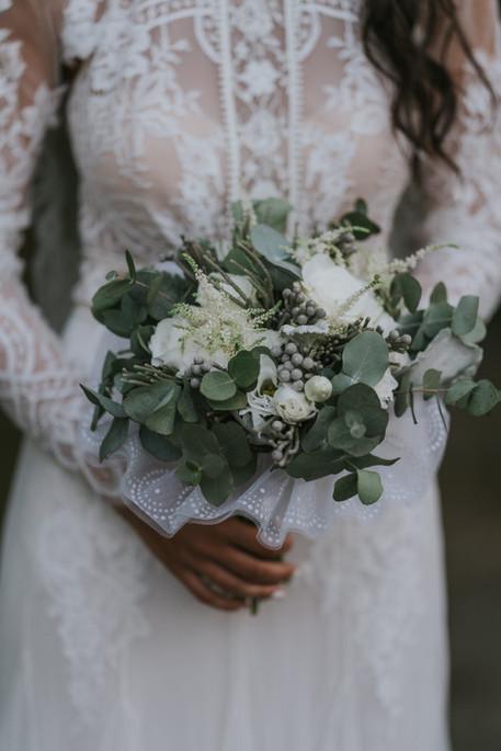 Ramo de novia vintage en color blanco y toque de verde y gris