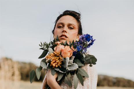Ramo de novia boho, en tonos naranja y azul