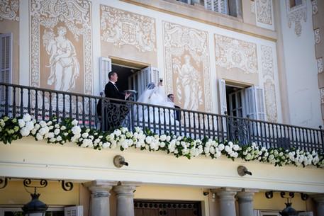 Balcón lleno de plantas naturales de hortensia blanca