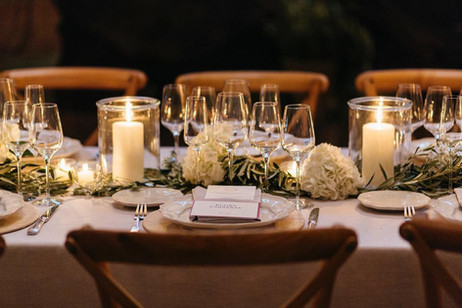 Camino de mesa con olivo, hortensia blanca, paniculata y velas XL