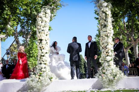 Lujos semiarco de ceremonia con hortensias y rosas blancas y toques de paniculata