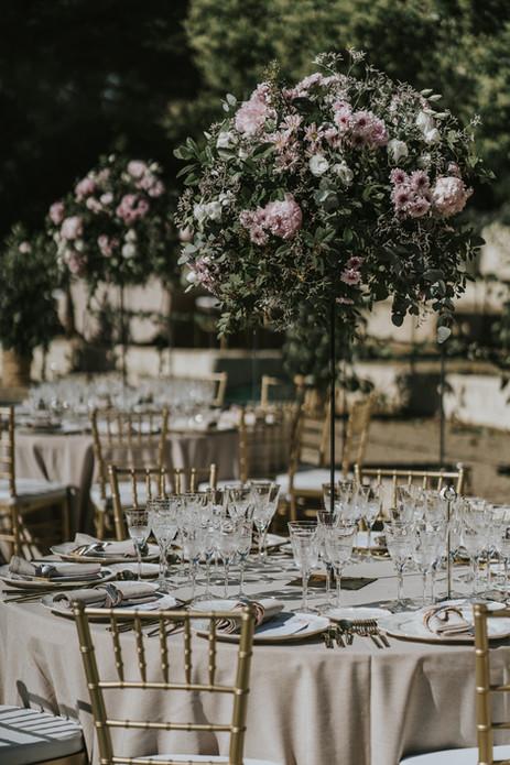Centro de mesa alto con toques rosa palo y blanco