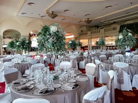 Centro de mesa alto con flores blancas
