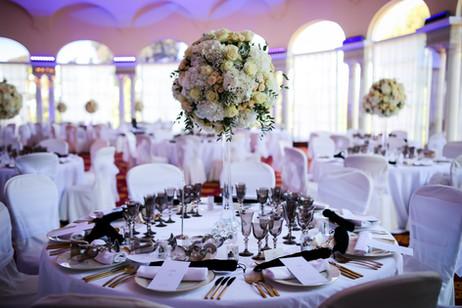 Centro de mesa alto con hortensias y rosas blancas