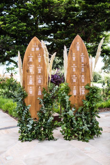 Seatting plan inspirado en surf con plumeros y toque de verde