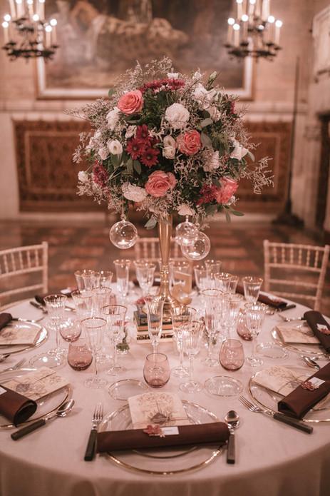 Centro de mesa alto con velas colgantes