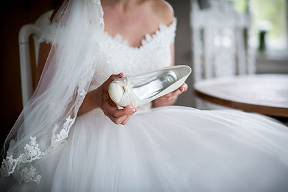 bride-holding-shoe-2504933.jpg