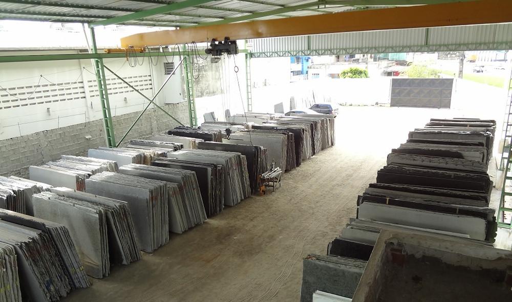 Pátio de distribuição da DLG Mármores e Granitos