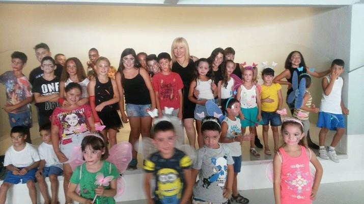 Profe de baile y sus niños después de las actuaciones
