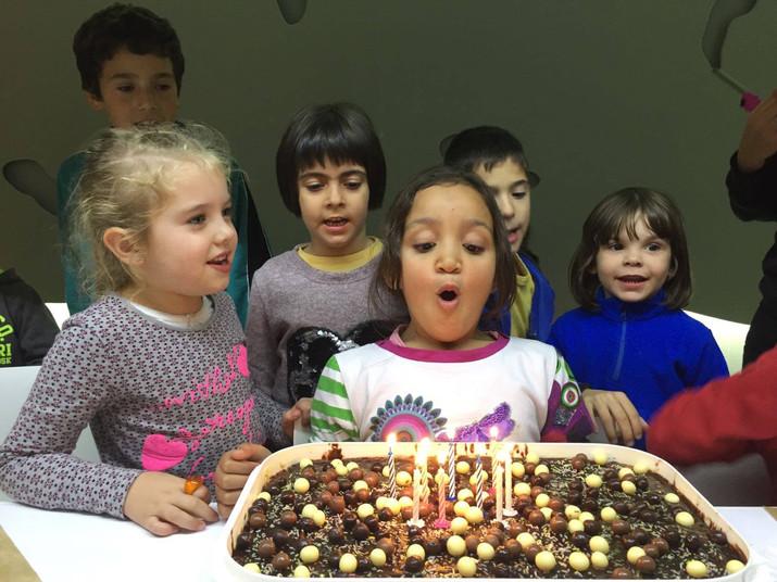 Cumpleaños hoy le toca a Aya y a nuestra voluntaria Isabel