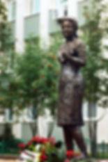 """Памятник """"Учительница"""" в Сургуте, скульптор Г.В. Потоцкий"""