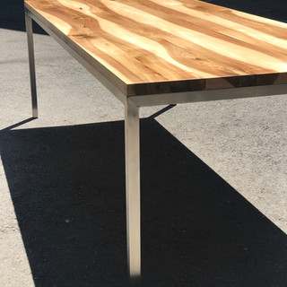 Nussbaumtisch mit Chromstahlfüssen