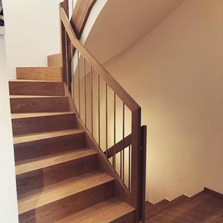Treppe mit Geländer aus Eiche