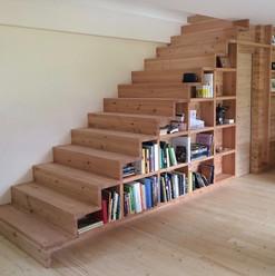 Treppe mit integriertem Regal