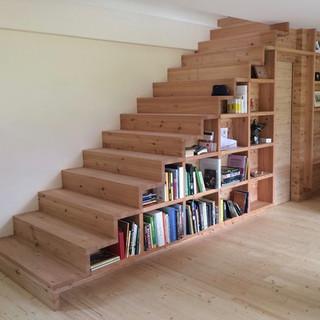 Fichten - Treppe mit integriertem Regal