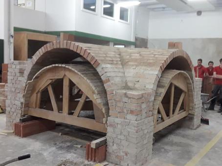 Restaurierer beim Gewölbemauern