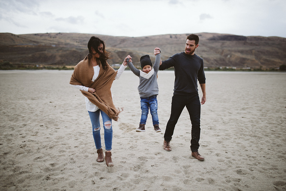 Salmon Arm Photographer Mini Sessions couple with toddler on the beach. Outfit ideas