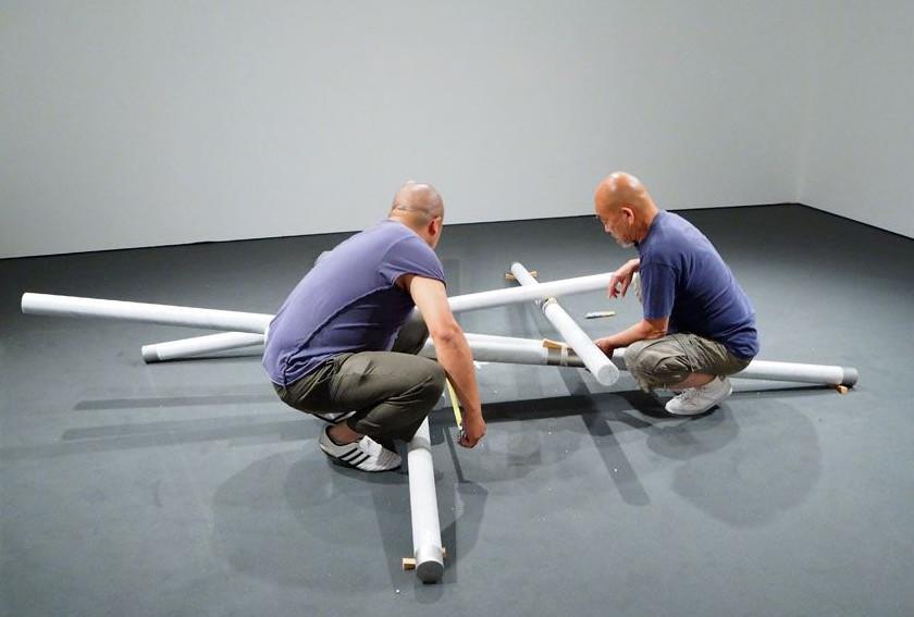 """Hidetoshi Nagasawa installa nelle sale della mostra l'opera """"Croce"""" (2010)"""